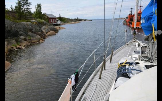 Här är vi på väg ut från hamnen. Notera klippan under vattenytan.