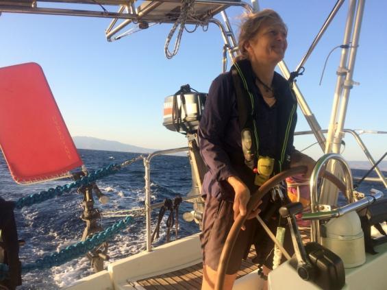 Linda Lindenau till rors ombord på sin båt Peristera.