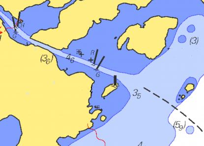 Stora områden med mörkblå färg. Mörkblått anger ett djup av noll till tre meter. Området är intesjömätteftersomhandelssjöfarten integår där. Det skulle dessutom vara väldigt kostsamt att göra sjömätningar innanför tremeterskurvan.