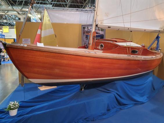 Visst byggs det vackra träbåtar. Denna dagseglare kommer från Fricke Dannhus i Tyskland.