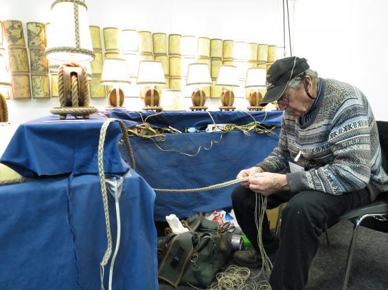 Genuint hantverk hittar vi också. Har tillverkar Gerhard Karlsson lampetter och bordslampor av gamla sjökort. www.repslagarbanan.se