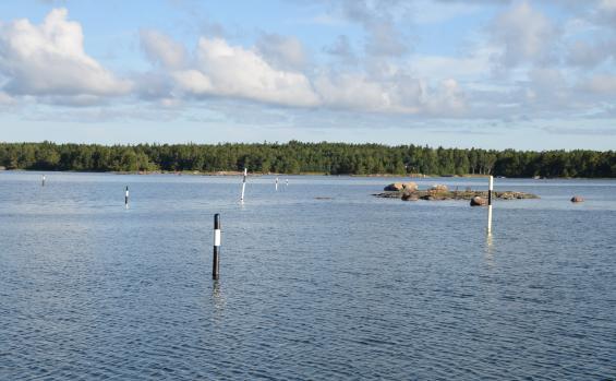 Blåvita kardinalmärken för lokal utprickning kan bli verklighet också i Sverige. Bilden är från Finland.