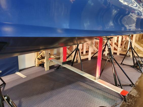 Avancerad teknik reglerar foilen så att båten går rakt över vågor och vind.