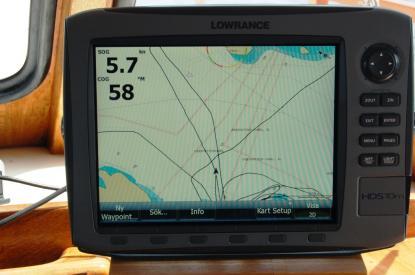 Navigatorn räknar ut position, kurs och fart med hjälp av satelliterna i GPS-systemet. Vår kurs över grund är här 58 grader. Lägg märke till \