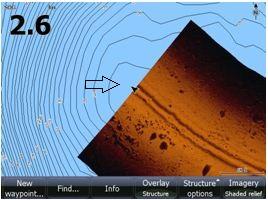 Så här kan det se ut i Lowrance HDS Gen2 när vi lägger sjökortsbotten direkt på sjökortsbilden. Pilen pekar på båtens position.