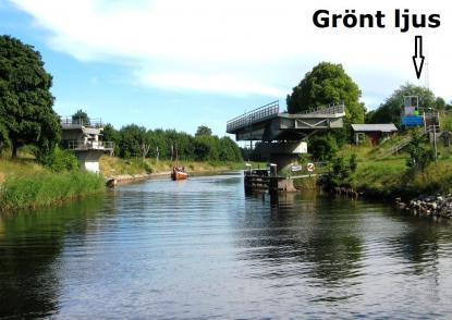 Iso Grönt ljus (Isophase=ljus och mörker är lika långa) i Väddö kanal är inget trafikljus. Det talar om att bron är öppen. Du får passera när du vill. Passage sker påskepparens ansvar.
