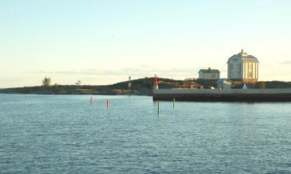 Lämna inte enslinjen. Några sidomärken gör anlöpet av hamnen tryggare. Här går vi på SV kurs mot hamnen.