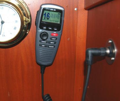 Garmins VHF 300i är enkomplett VHF och den enda modell som uppfyllde våra önskemål på vad en VHF ska klara av. Här sitter handenheten vid navigationsbordet. Den är förbunden med en \