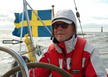 Efter samtalet med Odd Lindqvist kommer denna gamla Hansalina, som sitter på radarstolpen, att få sig en ordentlig översyn till våren. UV-strålning bryter ned linan med tiden. Mest utsatt är den övre delen i påsen. Lars W Gustavsson till rors och till höger syns fyren Almagrundet.