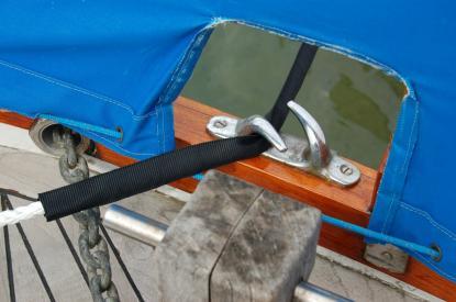 Linans flexande egenskaper gör att man kan gå ned i dimension vidförtöjning. Här är det 12 mm lina som håller en 8,5 ton tung Nauticat 33. Notera den svarta skyddshylsan som förhindrar nötning.