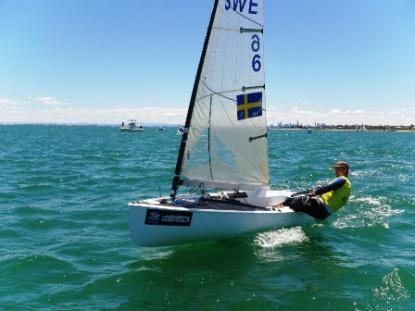 Guldmedaljören Björn Allansson seglar här mot guldet.