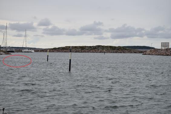 Tre gånger gick vi på tre olika sätt i den västra in- och utfarten till Hangö. Vi förstod aldrig hur vi skulle gå kring dessa prickar. Vårt gamla sjökort sa att det var grunt till vänster i bild (röd linje). En segelbåt gick före en fjärde väg. Vi hade dock ingen grundkänning.