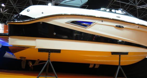 Denna modell SLX-W är endast 6,3 meter lång och har axelmontage. För att det ska fungera är motorn vänd framåt och propelleraxeln går via en vinkelväxel som ligger ungefär midskepps. Ovanligt på så små båtar.