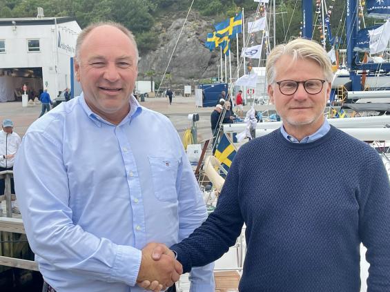 Magnus Rassy till vänster och Sweboats VD Mats Eriksson skakar hand och bekräftar att de i slutet av augusti 2022 gör en segelbåtsmässa tillsammans på Orust. I Marstrand blir det en renodlad motorbåtsmässa samma helg.
