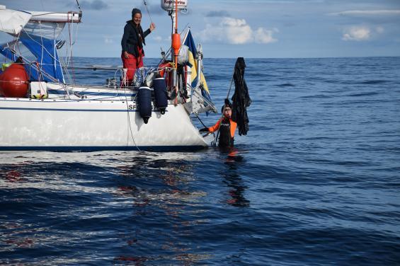 Birgitta Silfverhielm visade på gott sjömanskap när hon löste problemet med en sopsäck som fastnatt i propellern. Platsen är på Atlanten mellan Orkney och Skotska fastlandet. Till vänster syns Anette Felleson.