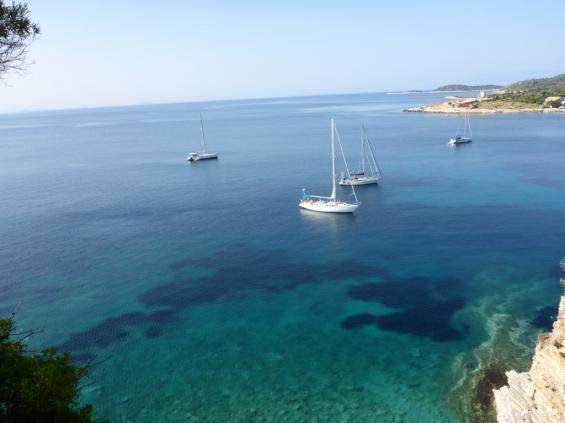 """Att kunna """"läsa"""" botten underlättar ankringen. De ljusa partierna är oftast sand och något man vill fälla ankaret på, men ibland kan det i stället vara blandat med hård kalksten. Som här vid ön Castos i Joniska havet 2013 med min egen båt Sarita, en Solitaire 52."""