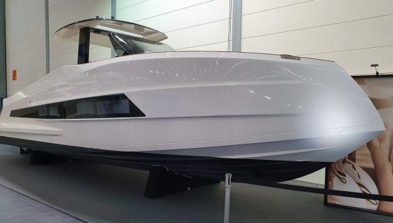 Fräck design genomsyrar många båtmodeller, främst bland motorbåtar. Notera luckan i förstäven. Bakom den ligger ankaret. Ägarna av dessa båtar ska nog inte ens fundera på stävförtöjning med tanke på förskeppets utformning.