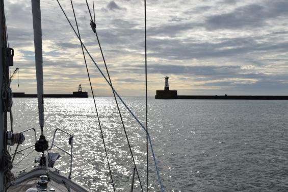 Utanför dessa pirar väntar Nordsjön och närmare 60 timmars segling rakt österut mot Danmark.