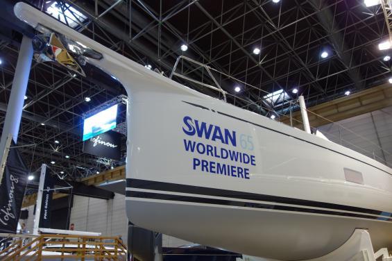 <span>Nya Swan 65 har det ingjutna bogspröt/peket som allt fler båtar numera har. Raka stävar, bred akter och långa vattenlinjer är numera standard när nya båtar konstrueras. Det gäller även smala djupa kölar med bombliknande bulber längst ned.</span>