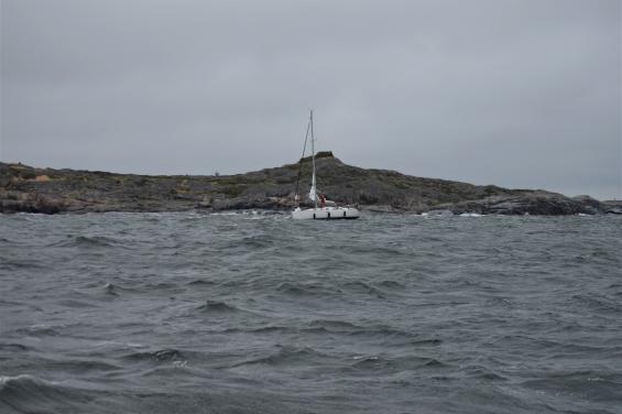 Segelbåten gick på grund under tiden som räddningsbåten var på väg för att hjälpa dem!