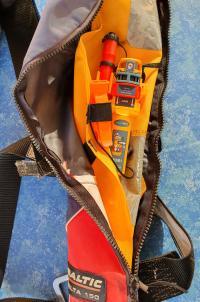 AIS MOB1-nödsändare monterad på en uppblåsbar räddningsväst.