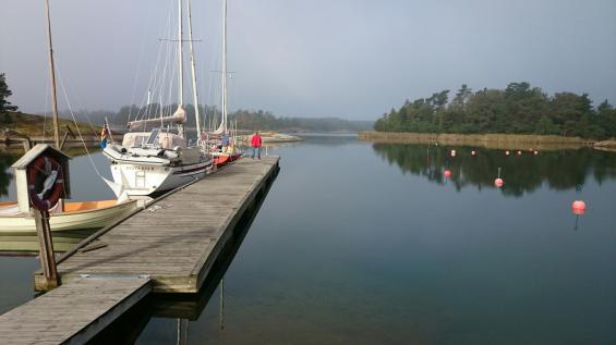 Seglarföreningens hamnanläggning med tillhörande bastu och umgängeslokal ligger på två öar.