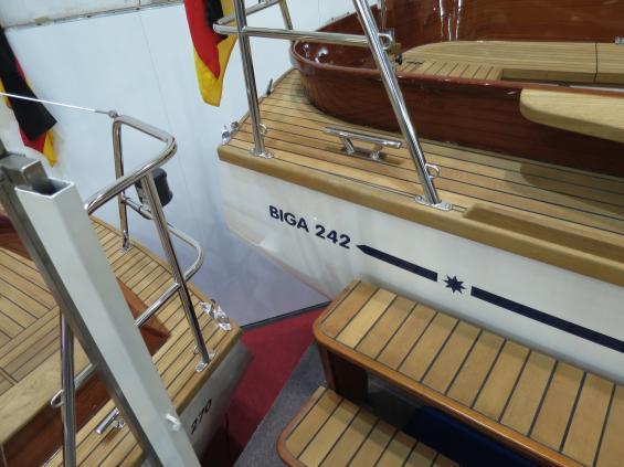 Segelbåtarna Biga 242 och 270 är exempel på båtar med fina träarbeten på ett plastskrov.