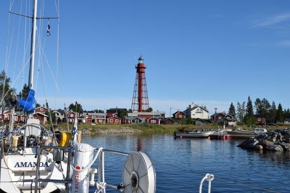 Pite Rönnskär är en av norrlandskustens många fina hamnar. Varför inte segla norrut i sommar?