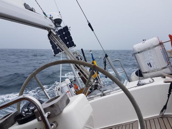 En vanlig syn vid havssegling. Autopiloten styr, och gör det mycket bättre än någon annan av oss.