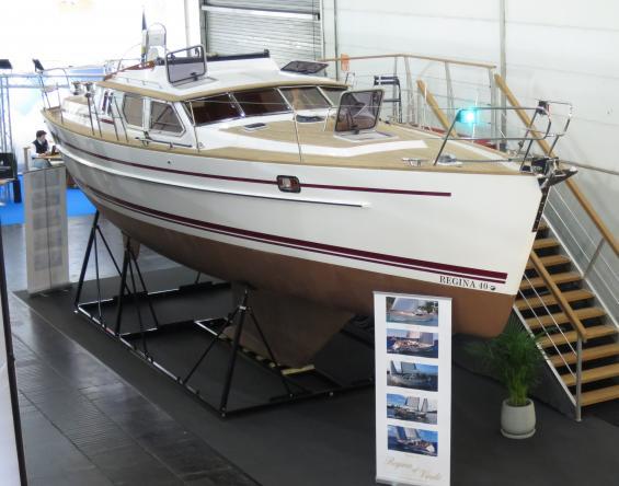 Regina kostar säkert tre gånger mera än en ny modern strykjärnsbåt i samma storlek.Men då får man en båt som tål riktigt dålit väder och som rör sig behagligt i sjön.