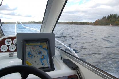 Här navigerar jag med en iPad. Den har digitalt sjökort som kommer från Sjöfartsverkets sjökortsdatabas. Kartografin är den bästa som finns att få över området.