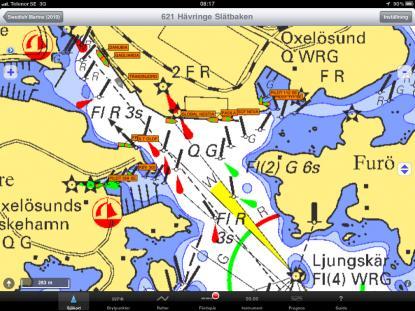 De små pluttarna på sjökortsbilden är olika fartyg, vi ser också fartygens namn. AIS-informationen kommer via Internet till iPad:n. Det digitala sjökortet kommer från Sjöfartsverkets databas, men är nedladdat och ligger på hårddisken.
