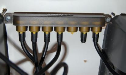 I Raymarines Seatalk och i Simrads Simnet kopplas kontakter ihop i en plint. Installationen går relativt snabbt om man har färdiga kablar i rätt längd.