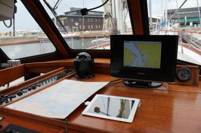 iPaden ligger skyddad i min styrhytt och på TV-skärmen ser jag sjökortet och andra fartyg tack vare AIS, säger Åke Friman.