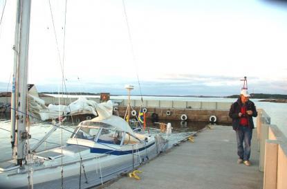 Hamnen har två stora pirarmar byggda av granitblock. I bakgrunden skymtar Mariehamn.