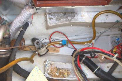 När upphöjningen kapats ned återstod två gropar. I dessa las rostfria plattjärn med förborrade hål. Groparna plastades igen med en blandning av mikroballonger och plast.
