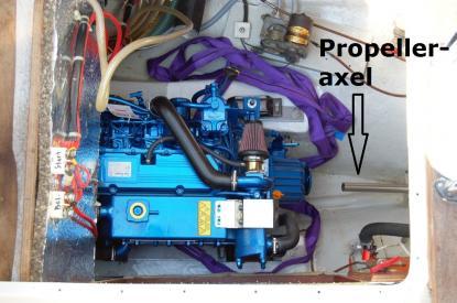 Axelkoppling monteras. Sedan ska axelkoppling passas exakt ihop med backslaget. Propelleraxeln ska ligga centrerad i hylsan som går igenom skrovet.