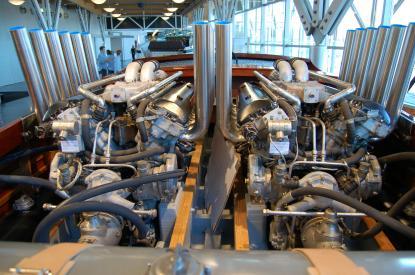 Motorerna med de 24 pipornakommer från stridsvagnen Centurion. Likadana Rolls Royce motorer satt i engelska flygvapnets kända stridsflygplan Spitfire. Tillsammans utvecklar de närmare 2000 Hkr.