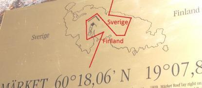 Riksgränsen mellan Sverige och Finland är markerad med rött. Nord är uppåt. Här ligger Sverige öster om Finland!