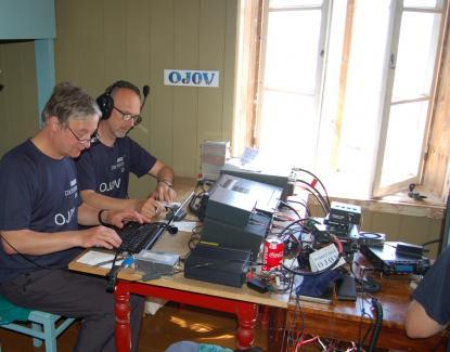 Märkets fyrplats är också en radioamatörstation. Ett gäng radioamatörer från Belgienhade ockuperat ett av rummen och där satt de och sände över hela jordklotet till andra radioamatörer.