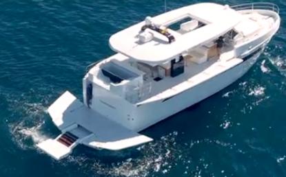 Även stora 63 fots båtar kan behöva göras både längre och bredare. Notera relingssidorna som är nedfällda och badplattformen i aktern.