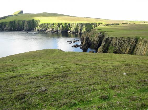 Stora nivåskillnader, branta stup och platta ytor täckta med lågvuxet gräs, det är Fair Isle.