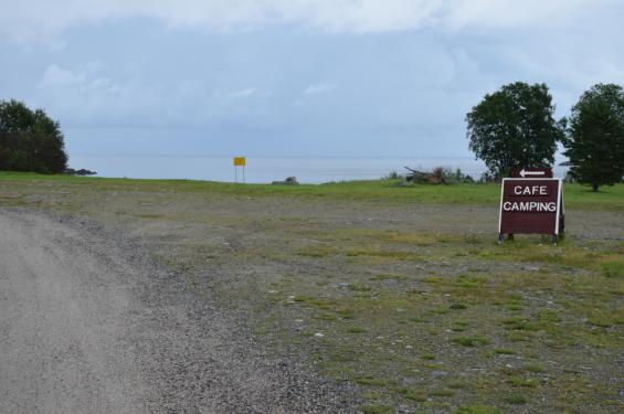 ...vi fick också veta att statligt anställda tjänstemän med länsansvar har synpunkter på att bilparkeringen ligger inom strandskyddat område vilket de inte tycker om. Är det något det finns gott om i norrland så är det markområden och är det något det är ont om så är det människor som rör sig på dessa markområden.