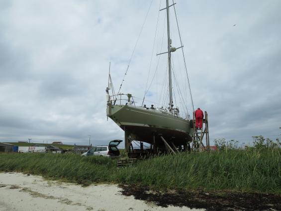 Slät och hård sandbotten, en vagn kopplad till traktor och tidvatten är de tre saker som behövs om man enkelt vill torrsätta sin båt.