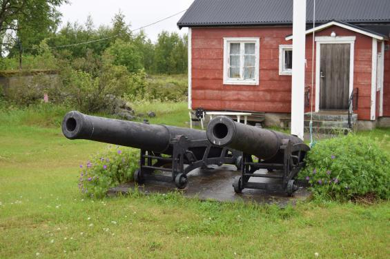Från 1872 sköttes mistsignalering med två kanoner. 1908 ersattes de med en knallsignalapparat och mellan åren 1939 till 1987 fanns där en nautofon.