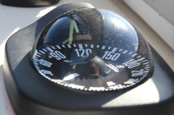 Vätskekompassen visar troget och outtröttligthur förstäven pekar på båten. Denna kompasskräver varken ström eller uppdatering. Nattetid är det en nödvändighet att den är försedd med belysning.