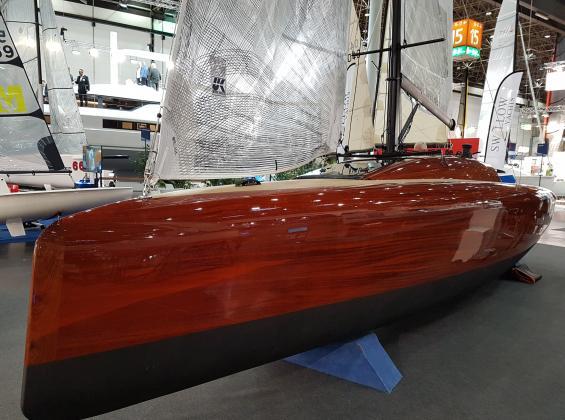 Modern dagseglare byggd i mahogny. Finishen är så hög så jag undrar om någonkommer att vilja segla den. www.la-yacht.de