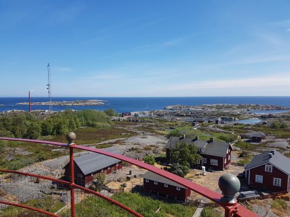 Svenska Högarna. I öster syns båten på svaj.