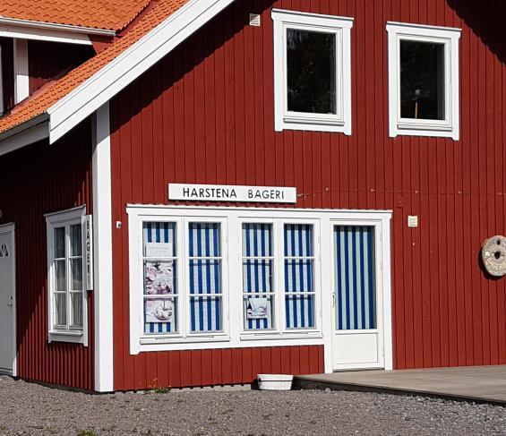 På Harstena finns ett bageri och skyltar i hamnen berättar att det är öppet alla dagar. Begreppet \