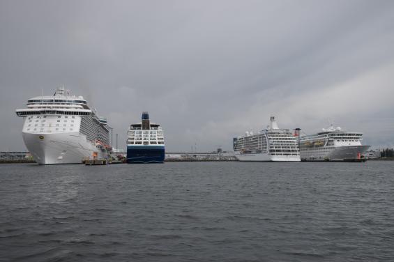 Helt oskyddade för nordlig vind ligger kryssningsfartygen förtöjda utanför hamnpiren.